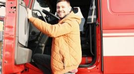 Czy jest coś, czego polskim kierowcom jeszcze brakuje? BIZNES, Firma - Umowa o pracę, 7 000 zł na rękę, prywatna opieka medyczna, służbowy laptop, dodatkowe ubezpieczenie i komórka do celów prywatnych... Aż 43% polskich firm transportowych ma problem ze znalezieniem wykwalifikowanego pracownika.
