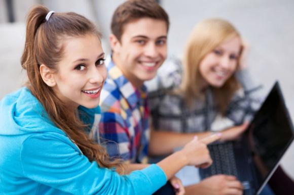 Młodzi Polacy ruszyli do pracy za granicę. Kuszą ich wyższe zarobki- report OTTO
